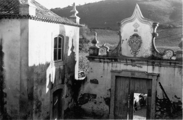 1939, martie, Loures, Portugalia, Districtul Lisabona. Casă veche în stil tradițional portughez, vedere spre poartă.
